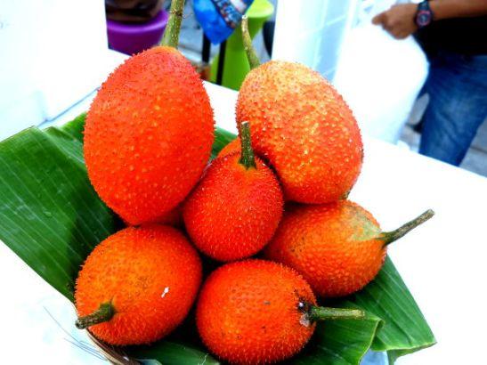 Gac-hedelmät näytillä Phuketin Patong Beachin lähellä torilla.
