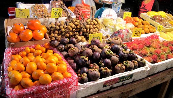 Hedelmiä torilla. Mangosteeneja, longaneita jne.