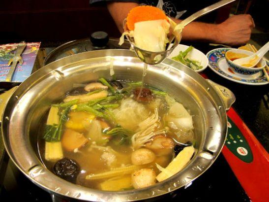 Thaimaalainen hot pot -ruoka suki ei välttämättä paljoa eroa nuudelikeitosta. Kuumaan kasvisliemeen lisätään itse valittuja aineksia.