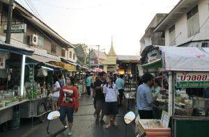 Surat Thanin kaupungilla ja iltatorilla oli ihan kiinnostavaa viettää iltaa. Miksi kukaan turisti haluaisi ennemmin istua matkatoimistossa?