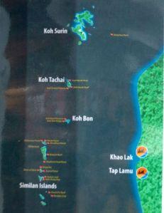 Kuva veneen seinällä olleesta kartasta. Siinä näkyy Koh Bon ja Koh Tachai Similanin yläpuolella. Richelieu Rock on Koh Surinista itään.