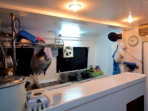 Veneen pieni keittiö.
