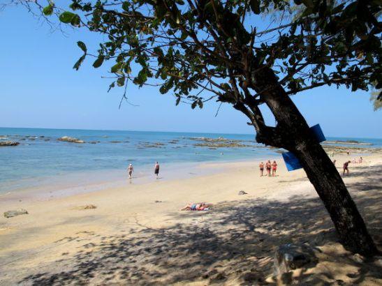 Khao Lakin leveää rantaa todennäköisesti laskuveden aikaan, koska merestä pilkistää rosoisia kiviä.