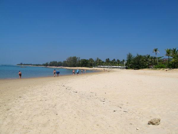Khao Lakin rantaa aika eteläpäässä kylän vilkkaimman keskustan kohdilla.