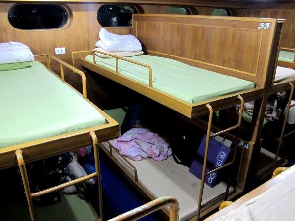 Koh Jaroenin autolautan mukavat kerrossängyt. Nukuin kuin tukki noin klo 23 - 06 Koh Taolle saapumiseen asti.