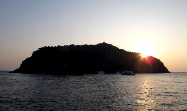 Ensimmäisen aamun auringonnousu Koh Bonilla.