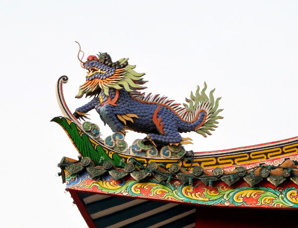 Lohikäärme erään suratthanilaisen temppelin katolla.