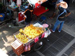 Joskus hedelmäkojuissa näkyy hinta, joten valmiiksi pilkotut hedelmät lienee farangeille samanhintaisia kuin paikallisillekin. Punnittavista tuotteista en ole niin varma.