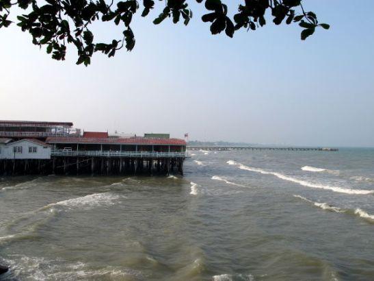 Merta kiinalaisen temppelin kohdalla. Tässä kohdassa oli joitain ravintoloita laitureilla ja ehkä joitain majapaikkojakin.