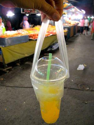Jopa takeway-muovimukeille on omanlaisensa kantopussi, jotta sitä voi roikotella.