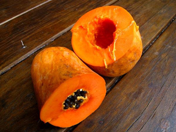 Papaija on Thaimaan perushedelmiä, joka toisinaan on mukana ravintoloidenkin hedelmäannoksissa. Kätevintä se on syödä kun sen ensin halkaisee, poistaa lusikalla siemenet ja lusikoi hedelmälihan suuhunsa.