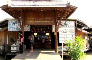 Kävelin Pattaya floating marketin ohi, joka oli opaskirjan mukaan ilmainen. Mutta nyt se oli muuttunut turisteille 200 bahtin hintaiseksi.  Alue on keinotekoinen ja sisältää kauppoja ja ruokakojuja. Hassua että pitäisi maksaa voidakseen asioida puodeissa ja ruokatiskeillä.