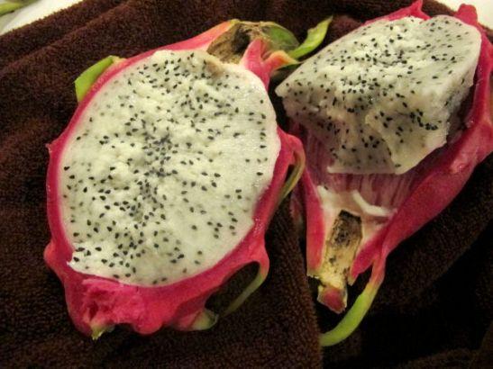 Pithaya on koristeellinen, mutta aika tylsän makuinen hedelmä. Silti sitä on mukava välillä maistaa, koska sen koostumus on mukava.