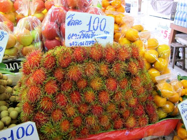 Rambutaneja. Niiden päällä on kumimaisia karvanystyjä. Sisällä on valkoista hieman läpikuultavaa hedelmälihaa ison siemenen ympärillä. Samanmakuisia ja -tapaisia hedelmiä ovat litsit eli lycheet ja longanit.
