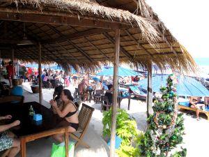 Rannalla ei juuri ollut kivoja ravintoloita, joissa istua ja katsoa merta. Hiekkaranta oli omistettu auringonotolle ja ruokaa sai lähinnä aurinkotuoleilla syötäväksi tämän katoksen muutamaa pöytää lukuun ottamatta.