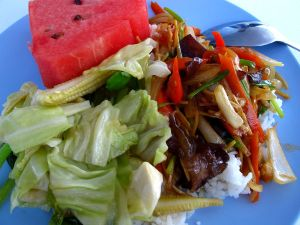 Perus paistettua kasvisruokaa ja hedelmiä tankattiin sukellusten välillä.