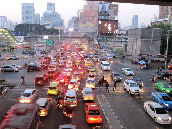 Ruuhkaa Bangkokissa. Thaimaassa moottoriajoneuvot saattavat ennemmin yrittää liukkaasti kiertää sinut katua ylittäessäsi kuin että ne pysähtyisivät.