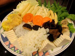 Special Vegetable set sisälsi mm. vesipinaattia, lehtiselleriä, minimaissia, porkkanaa, enokisieniä, olkisieniä, siitakesieniä, pilvenkorvasieniä, tremella fuciformis-sientä, lasinuudelia, yubatofua, pehmeää tofua, friteerattua tofua, kaalia ja kiinankaalia.