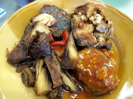 Lisää messevää proteiinituotetta suratthanilaisessa kasvisravintolassa.