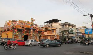 Suratthanin katua, jolla temppeli tai muu koristeellinen rakennus.