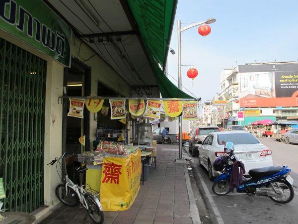 Bongasin tämän kasvisravintolan auton kyydistä jo pari viikkoa aiemmin Surat Thanissa ja kyselemällä se löytyi uudestaan.