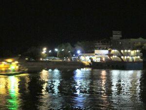 Surat Thanin satamaa siltä puolelta, josta Koh Jaroenin mukavammat yölautat lähtevät.