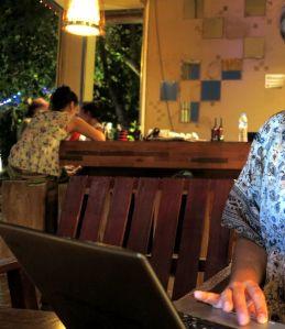tietokone baarissa