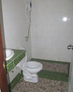 Vastarakennetun talon uusi kylpyhuone, jossa vedet jää suihkun lattialle.