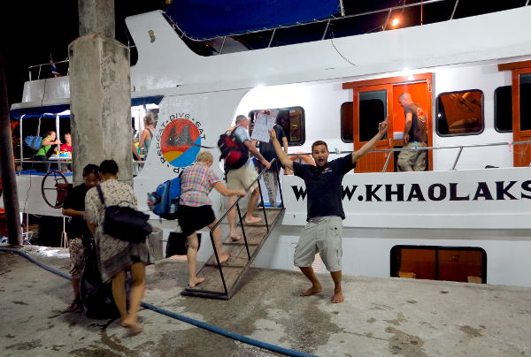 Veneeseen meno Khao Lakin satamassa.
