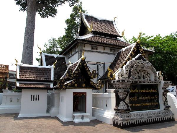 Alueen sisällä on myös tämä Chiang Main kaupungin pilari.