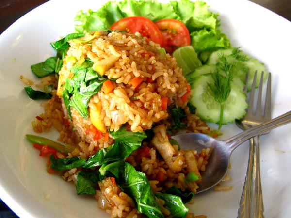 Paistettua riisiä ja vihanneksia ravintolassa hotellia vastapäätä.