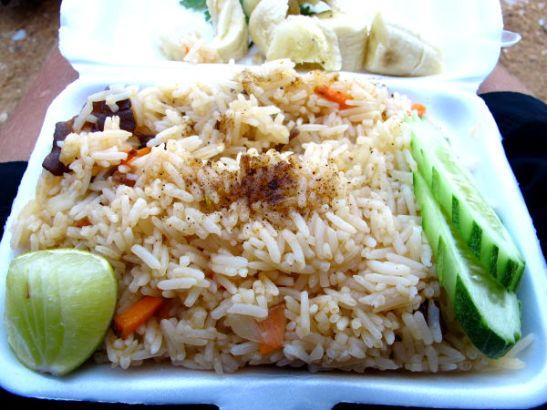 Matkaan kuului lounas, joka tällaisissa on usein paistettua riisiä. Pyysimme etukäteen riisimme kasviksena ilman munaa.
