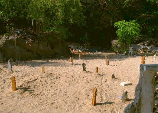 Vaikutti siltä, että Koh Panyeen ainoa maatilkku oli varattu hautausmaalle.