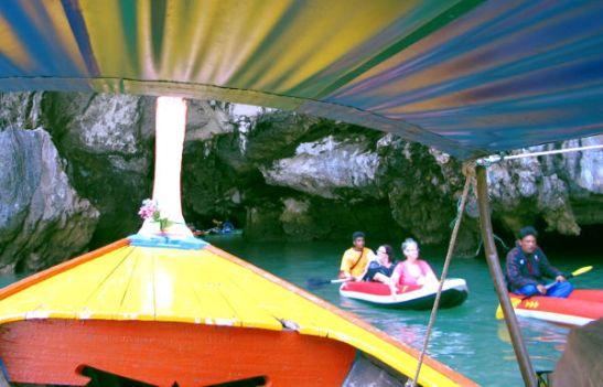 Veneemme tunki hong-luolan suulle kanoottien sekaan.