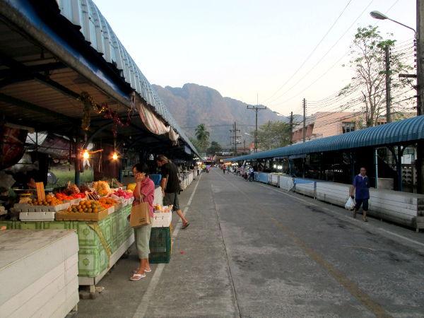 Phang Ngan iltatori oli melko hiljainen, kauppiaat olivat ehkäpä kiinalaisen uuden vuoden viettopaikalla myymässä.