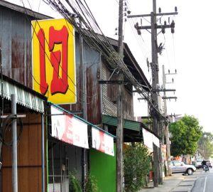 Phang Ngan kasvisravintolan tunnistaa isosta thainkielisestä jay-kyltistä. Kirjaimet näyttävät toisiaan isolta i-kirjaimelta ja väärinpäin käännetyltä g-kirjaimelta, toisinaan kirjanpari muistuttaa enemmän pientä L-kirjainta ja numero seitsemää.