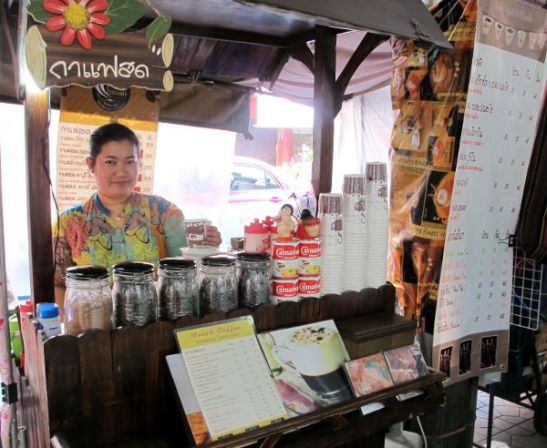 Kahvikoju Bangkokissa. Thaimaan ruokakojut ovat käteviä ja samanlaiset voisi ottaa Suomessakin kesäkäyttöön.