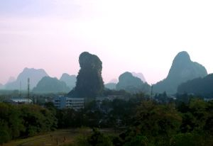 Phang Ngan kaupungin eteläpuolella olevia kukkuloita.