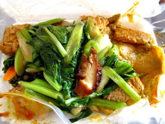 Riisiä, kastiketta, tofua ja vihanneksia kasvisravintolasta.
