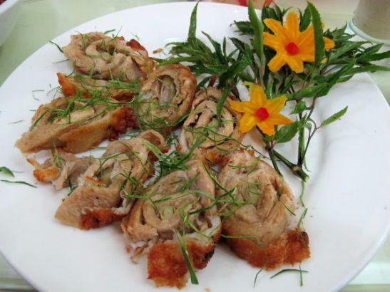 Tofusta tai seitanista tehty  kanaa imitoiva rulla sitruunaruoholla.