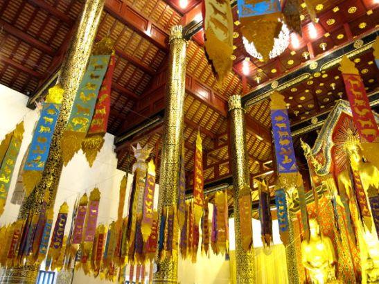Wat Chedi Luangin katosta roikkuvat liput. Kiva sisustusidea korkeisiin tiloihin?