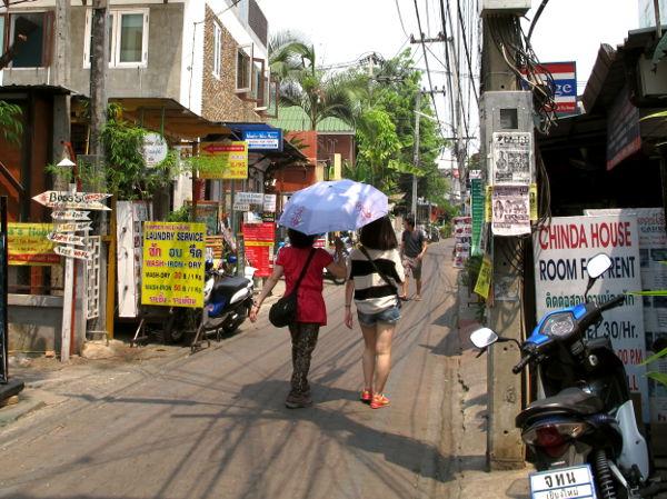 Tyypillinen vanhan kaupungin kuja Chiang Maissa.