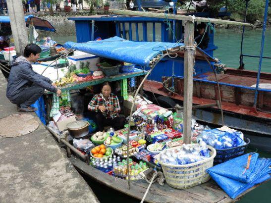 Kauppavene ja oppaamme Pin Hang Hung Sotin edustalla.