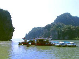 Kelluvat rakennukset Phang Ngan lahdella paikassa, jossa monet turistit siirtyvät hetkeksi kanootin kyytiin.