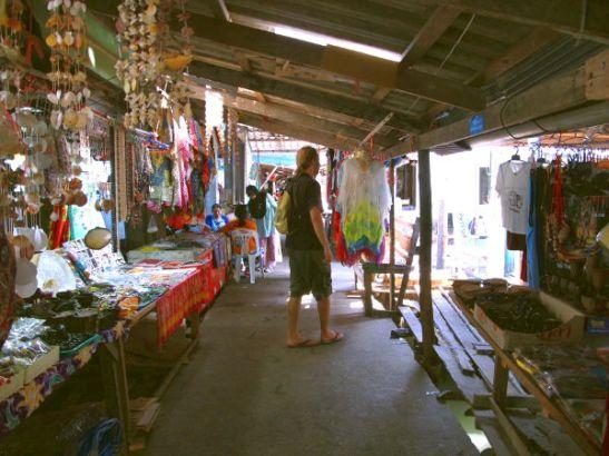 Koh Panyeen kujilla myydään turisteille krääsää.