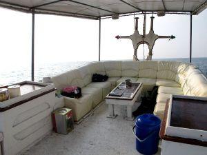 Koh Tao Diversin veneen yläkannen sohvat.