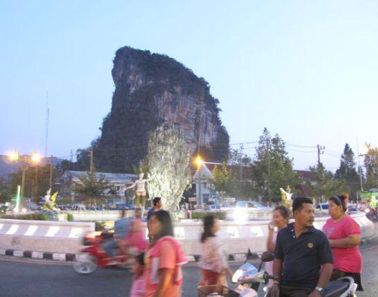 Liikenneympyrän keskellä on James Bond -eli Khao Pin Khan -saarta esittävä patsas, josta Phang Nga on tehnyt symbolinsa. Takana oikea kaupungissa kohoava karstinyppylä.