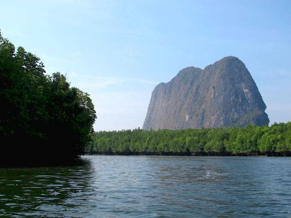 Yksi monista näkymistä Phang Ngan suistolta merta kohti mennessä. Vedestä kohosi leveä ja ohut kukkula.