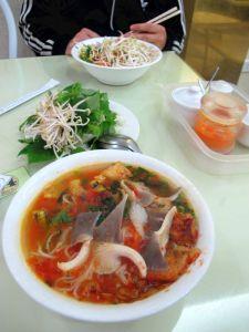 Loving Hutin keitot. Sekä Vietnamissa että Thaimaassa nuudelikeiton kanssa syödään usein tuoreita vihanneksia ja yrttejä, tässä pavunituja, salaatinlehtiä, korianteria ja minttua.