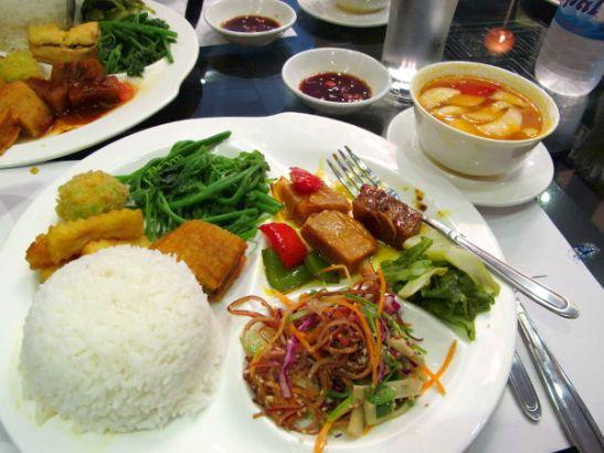 Menusettiin kuului riisi, keitto, hieman hedelmiä ja 5-7 pikkuruokalajia.
